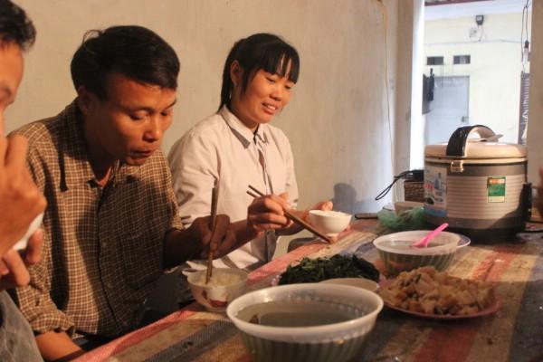Bữa cơm đạm bạc của vợ chồng chú Hòa.