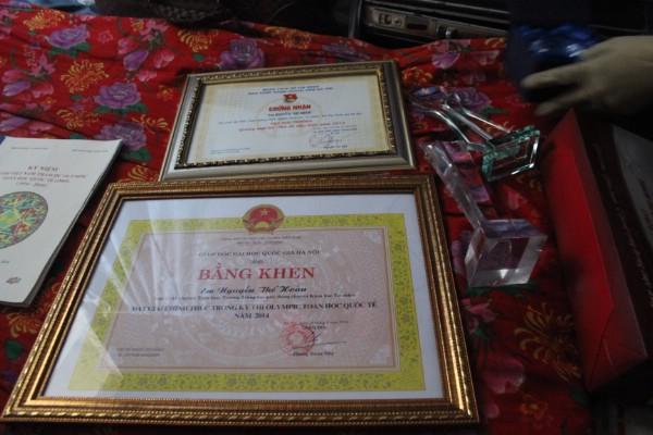 Là những bằng khen, kỷ niệm chương vì thành tích học tập của con trai.