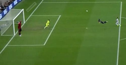 Cole đứng cạnh gôn khi Van Persie ghi bàn ở World Cup