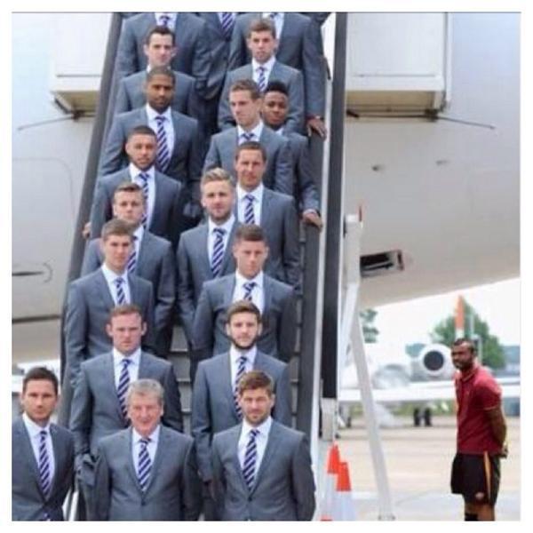 Cole nấp sau máy bay chở ĐT Anh