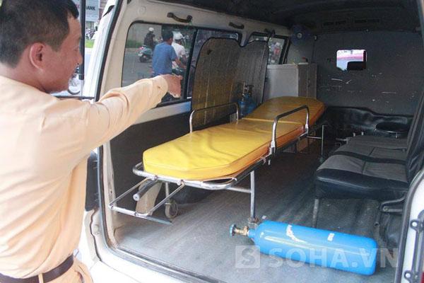 Bên trong chiếc xe đã tháo ghế để hoạt động vận chuyển bệnh nhaan