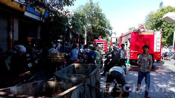 Sau ít phút, lực lượng PCCC đã đến dập lửa, CSGT và cảnh sát khu vực cũng có mặt để làm công tác đảm bảo an toàn giao thông