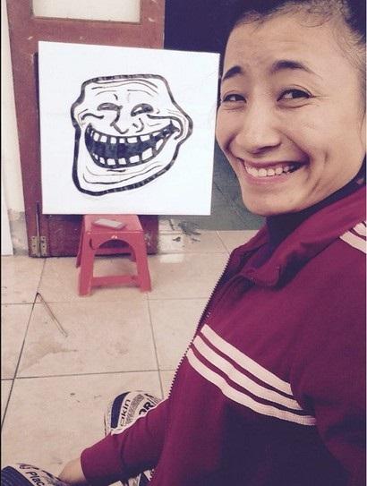 Cô gái sinh năm 1992 tại Nghệ An - Chu Thị Thùy Dung cũng đã khiến cho không ít người phải ngạc nhiên khi cô tạo hình khuôn mặt rất giống với Thánh troll. Qua tìm hiểu, Thùy Dung cũng là một cô nàng cá tính rất thích trêu đùa.