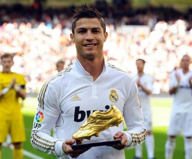 Không những thế, Messi còn mất danh hiệu Vua phá lưới La Liga vào tay Ronaldo. Cuối mùa giải, CR7 ăm luôn Chiếc giày vàng châu Âu.