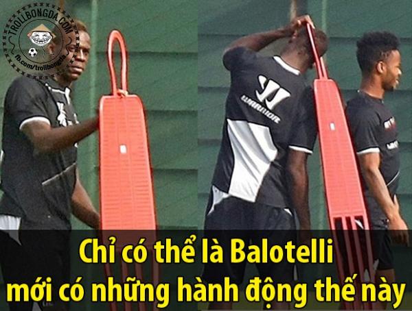 Balotelli hành động rất quái dị