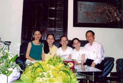 Hình ảnh hiếm hoi xuất hiện trên mặt báo của gia đình của ông Vũ Văn Tiền.