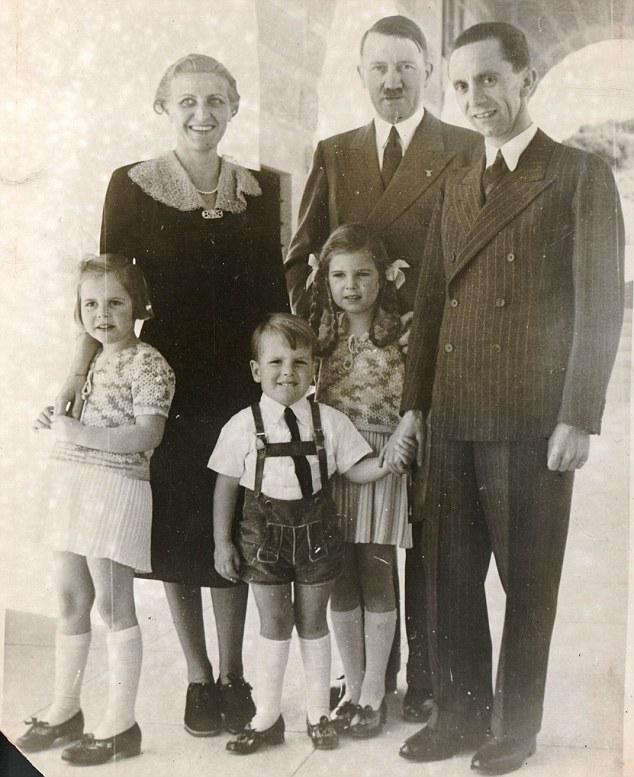 Hitler chụp ảnh cùng Goebbels (phải) và gia đình ông này. Dinh thự Bogensee thường được Goebbels sử dụng làm chốn thác loạn với các nữ diễn viên Đức.