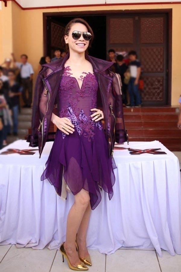 Ở mọi góc nhìn, Hồ Ngọc Hà đều kém nổi bật với váy tím đậm lỗi mốt.