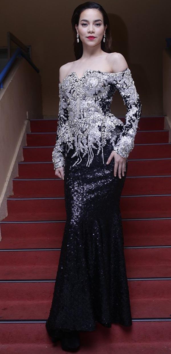 Ngoài phần thân váy rườm rà, bộ đầm này còn tạo cảm giác gò bó cho người mặc.