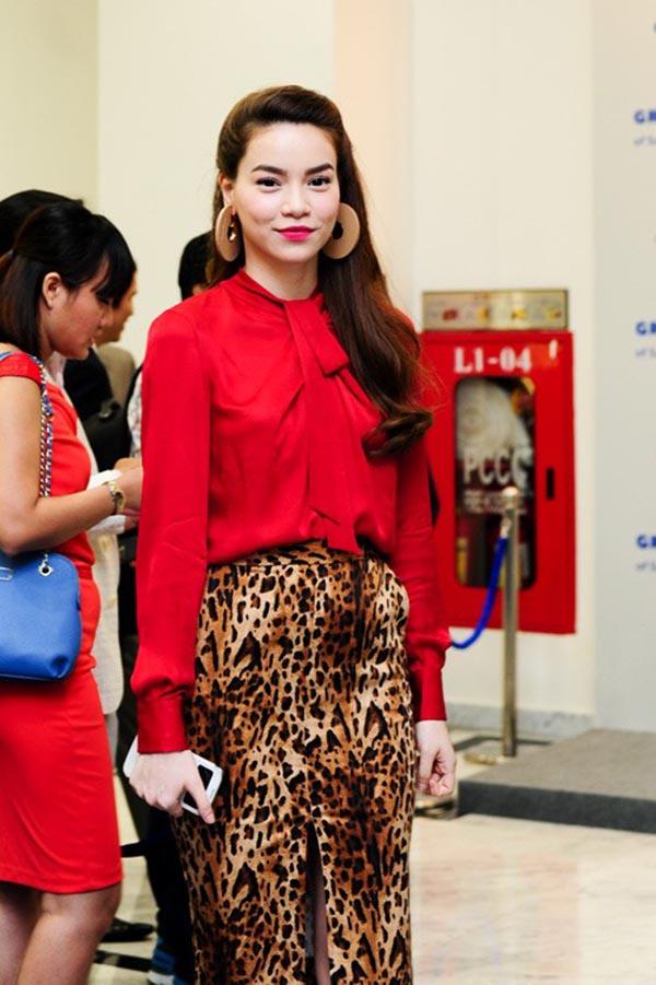 Cách phối đồ kém sang trọng giữa chân váy hoạ tiết da báo và áo sơ mi đỏ của Hà Hồ.
