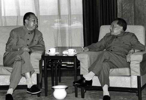 Hoa Quốc Phong (trái) và Đặng Tiểu Bình năm 1978.
