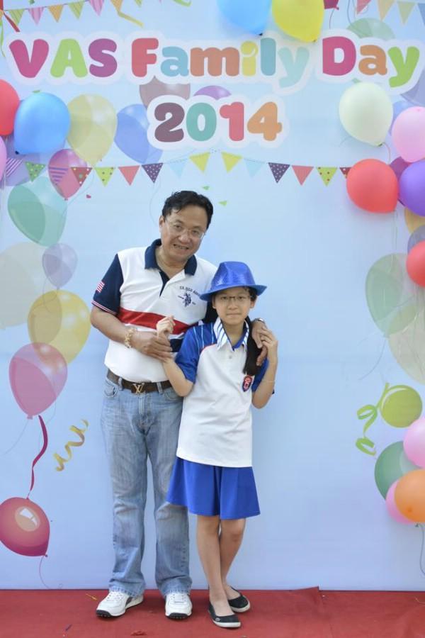Nhà thơ Hồng Thanh Quang cùng con gái.