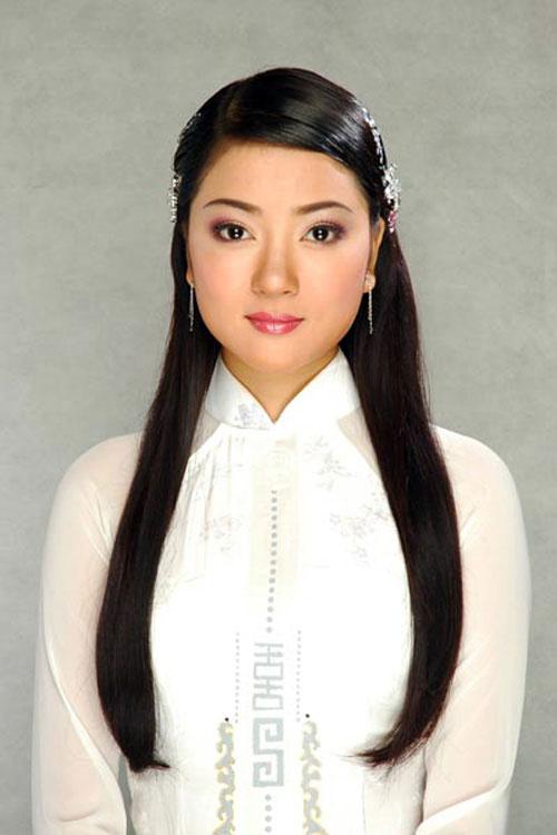Gương mặt tròn và vẻ đẹp đằm thắm đặc trưng của phụ nữ Á Đông giúp Nguyễn Thị Huyền luôn chiếm được tình cảm của những người đối diện.