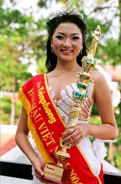 Và Nguyễn Thị Huyền đã đăng quang. Vượt qua dư luận ồn ào vào thời điểm đó, cô gái 19 tuổi tỏa sáng ngay trong đêm chung kết.