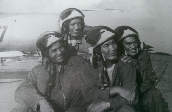 Hai biên đội MiG-21 Nguyễn Đức Soát, Ngô Duy Thư, Phạn Phú Thái, Bùi Thanh Liêm sau chiến thắng trận ngày 27-6-1972.