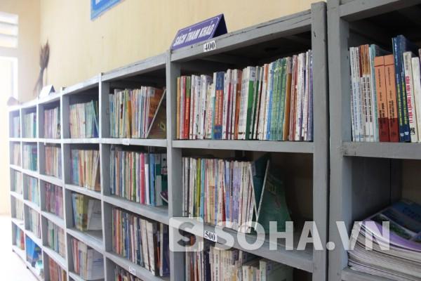 Thư viện trường còn nghèo nàn, chủ yếu là sách giáo khoa và tham khảo đã cũ.