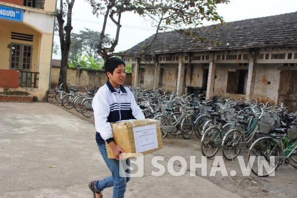 Học trò trường THCS Lê Thanh hào hứng với hơn 600 cuốn sách hay được trao tặng.