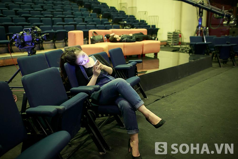 Cả hai nghỉ ngơi khi chờ đợi chương trình bắt đầu. Trong lúc Hoàng Yến ngồi ôm điện thoại, Hà Anh đã có một giấc ngủ nho nhỏ ở phía sau.