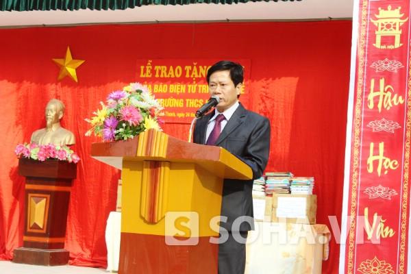 Thầy Trần Văn Tư - hiệu trưởng nhà trường bày tỏ lòng cảm ơn, phấn khởi khi được nhận món quà quý giá.