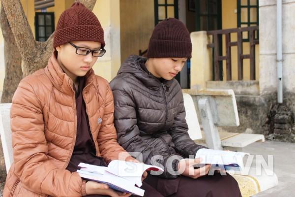 Em Ngân (phải) và Nụ mong muốn trở thành người giảng pháp trong tương lai.