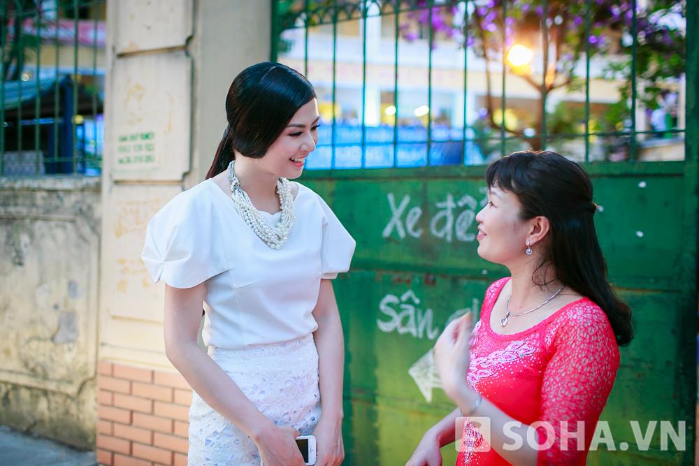 Ngay ở cổng trường, Ngọc Hân đã gặp lại cô giáo cũ. Hai cô trò vui vẻ trò chuyện và ôn lại kỉ niệm.