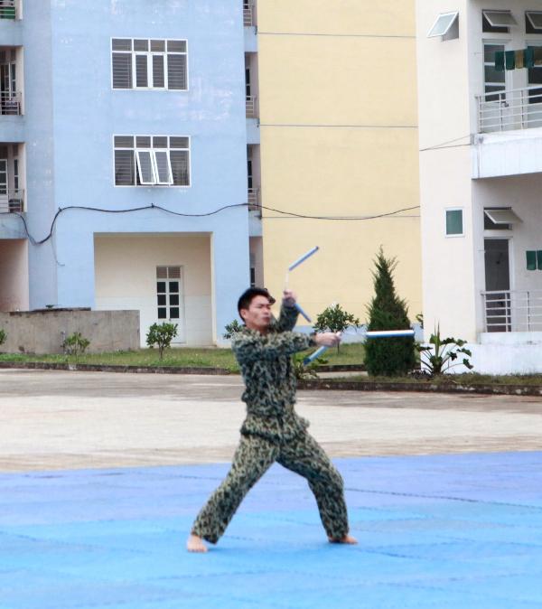 Những màn võ đồng diễn thể hiện sự thống nhất, điêu luyện; Cách sử dụng côn nhị khúc của một chiến sĩ đặc công;