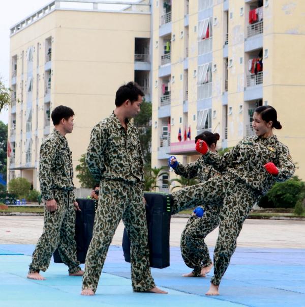 """Thi đấu võ chiến đấu tay không của học viên sĩ quan hay những pha song đấu """"nảy lửa"""" trên sàn đấu...đều thể hiện tinh thần, ý chí rèn luyện của các chiến sĩ Đặc công trong thời chiến cũng như thời bình."""