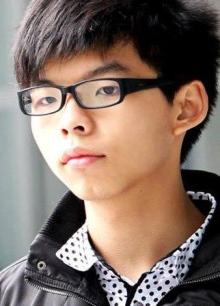 Joshua Wong là người đồng sáng lập Scholarism vào năm 2011, thời điểm được cậu học sinh này mô tả là ý thức chính trị bừng tỉnh. Khi đó Joshua 15 tuổi.