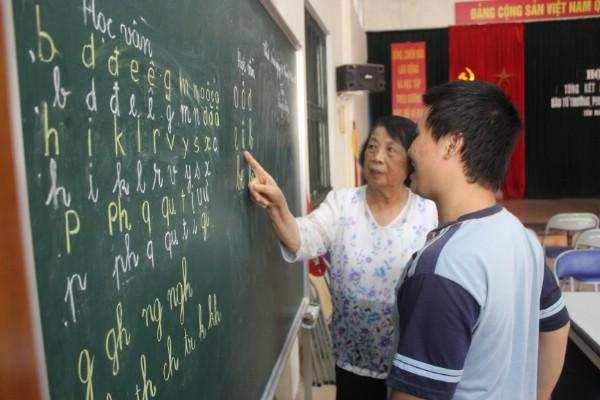 Bà giáo Nguyễn Thị Côi mặc dù đã bước sang tuổi 70 nhưng vẫn tận tụy hàng ngày đứng lớp tình nguyện dạy trẻ không được đến trường.