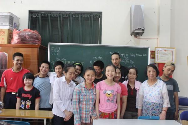 Niềm vui của bà giáo Côi và học sinh trong lớp.