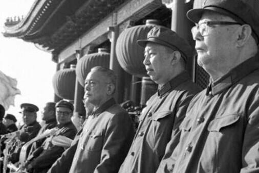 Từ phải qua: Diệp Kiếm Anh, Hoa Quốc Phong, Lý Tiên Niệm.