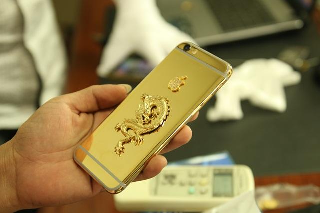 Điều đặc biệt của chiếc Iphone 6 mạ vàng 24K với Rồng vàng nguyên khối chính là ốp lưng của IP6 liền khối và có các đường chỉ bằng nhựa sau lưng máy khác với IP 5, 5s trước đó là các miếng kính ốp sau.