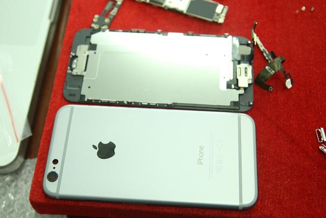 Bên cạnh đó biểu tượng quả táo cắn dở được tách rời giống như các phiên bản Macbook cũng là điểm khác biệt của chiếc ốp IP6.