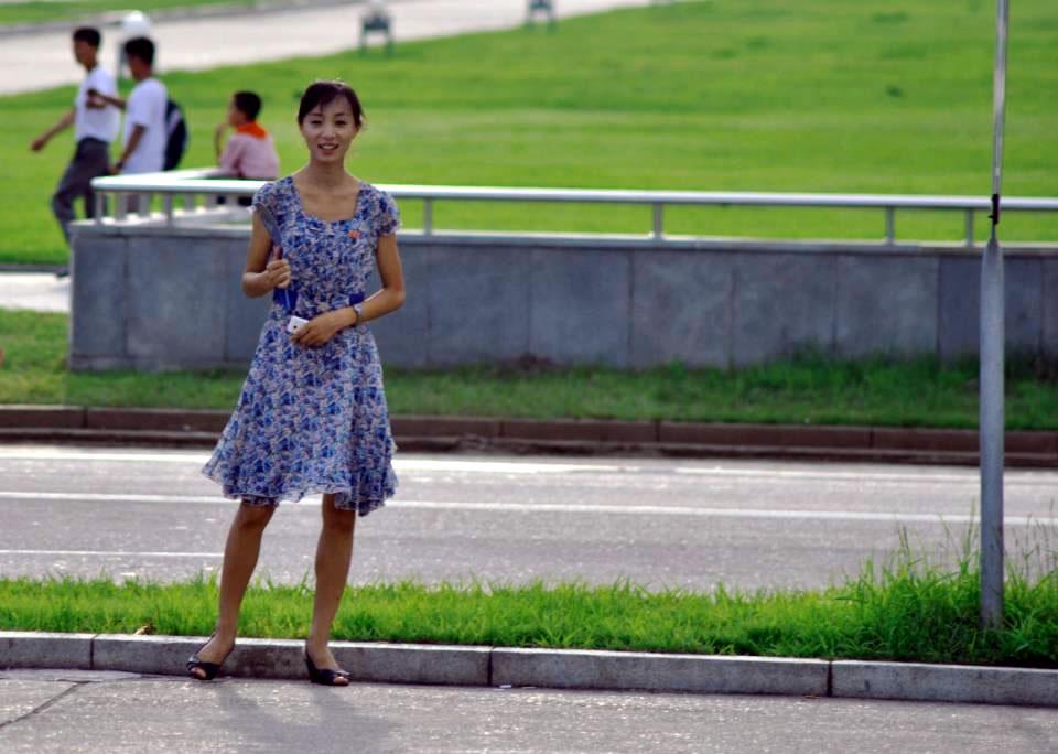Nhiếp ảnh gia vô tình chụp được cô gái trên quảng trường.