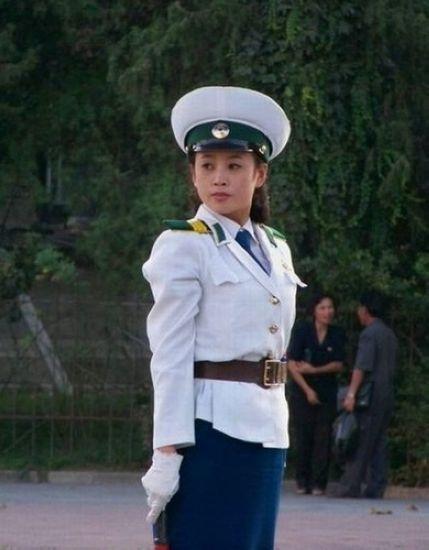 Nữ cảnh sát Triều Tiên xinh đẹp khi làm nhiệm vụ.