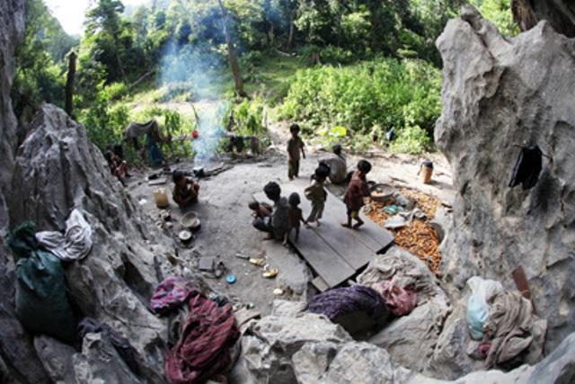 Một gia đình người Rục ở hang đá ở Hung Mun. (Ảnh: Báo Quảng Bình)