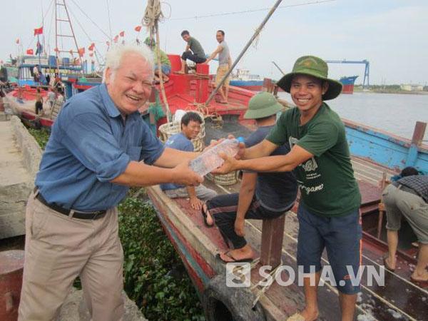 TS Nguyễn Văn Khải và ngư dân vùng biển Thái Bình.