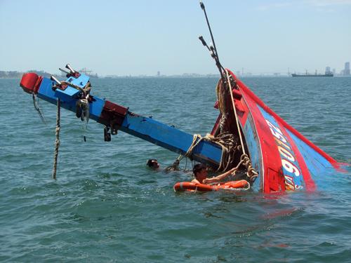 Tàu cá Việt Nam bị tàu Trung Quốc đâm chìm khi đang đánh bắt trong vùng đặc quyền kinh tế của Việt Nam