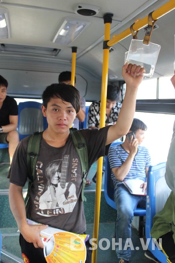 Thào di chuyển bằng phương tiện xe buýt sang trường ĐH Nông nghiệp.