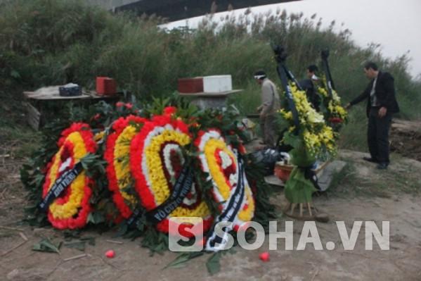 Ngôi mộ bằng hoa được gia đình lập cho chị Huyền dưới chân cầu Thanh Trì