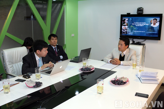 Nhà báo Bùi Ngọc Hải trao đổi với các vị khách mời.