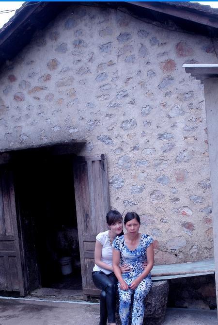 Nhà của Hoa hậu Triệu Thị Hà tại xã Quốc Phong, huyện Quảng Uyên, tỉnh Cao Bằng.Căn nhà đơn sơ đến mức tồi tàn, trong nhà chỉ có chiếc tivi cũ kỹ là vật dụng có giá trị.