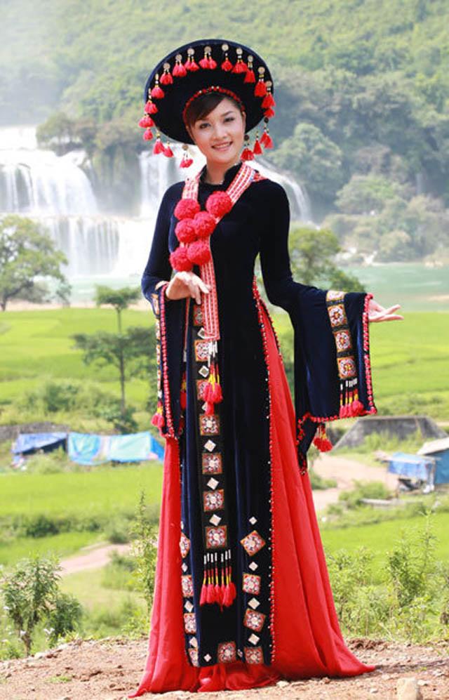 Cô cũng thành thật: Hà làm gì có hàng hiệu nào đâu. Hà cũng không nhiều show, tiền đi diễn còn phải lo chi phí sinh hoạt của bản thân và lo cho gia đình, sức mấy mà Hà sắm được đồ hiệu. Mọi người vẫn thường trêu đùa Hà là: Hoa hậu nghèo nhất trong số các hoa hậu ở Việt Nam.
