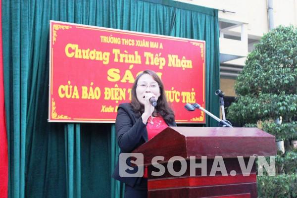 Cô Nguyễn Thị Vĩnh (Hiệu trưởng Trường THCS Xuân Mai A) vui mừng khi lần đầu nhà trường nhận sách quý cho học trò.