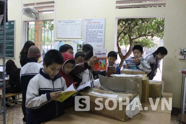 Nhiều học trò lán lại thư viện để đọc những cuốn sách mình thích trong thùng sách của Báo trao tặng.