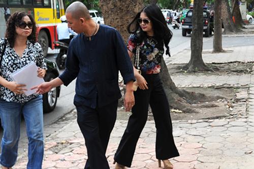 Trong đó có em gái ông Kiên là bà Nguyễn Thúy Hương (Ngoài cùng tay trái). Bà Hương là người đã giúp anh trai bốc hơi tiền tỷ