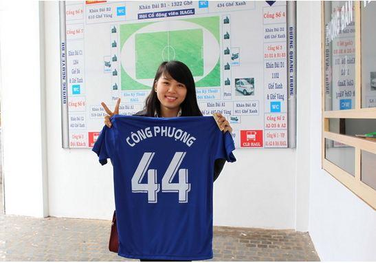 Một fan nữ đến mua vé và nhận được áo đấu của Công Phượng