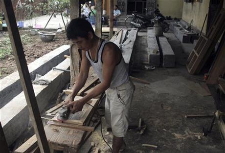 Xưởng mộc của Việt.Ảnh AP
