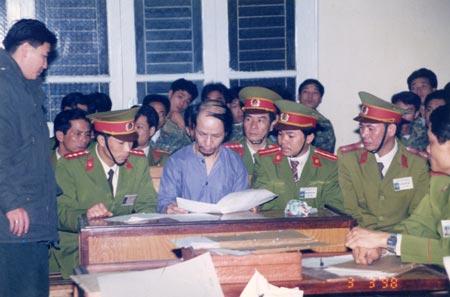 Tử tù Vũ Xuân Trường làm thủ tục trước khi ra pháp trường. Ảnh: Nguyễn Như Phong/An ninh thế giới.
