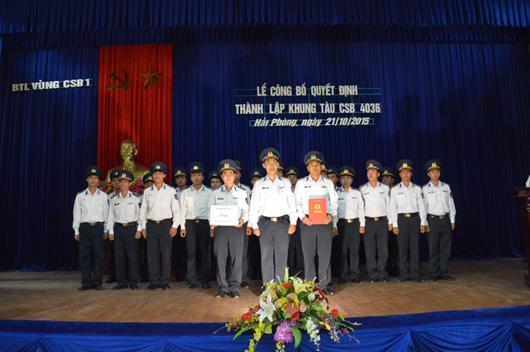 Đại tá Ngô Bình Minh trao quyết định thành lập khung tàu CSB 4036. Ảnh: canhsatbien.vn